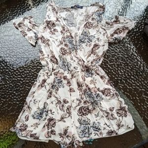 🍃One Clothing Romper Sz M Floral & Flowy